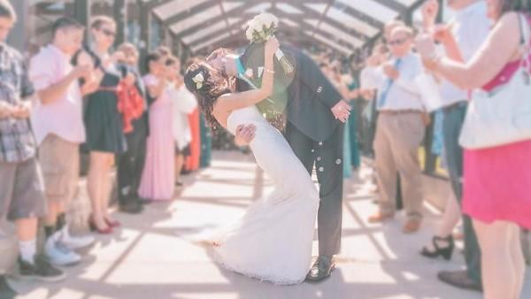 Pada akhirnya, Rob dan Joli pun berhasil menikah setelah LDR-an. Tidak lupa, mereka kembali melakukan pose ciuman mereka pada momen istimewa tersebut. Selamat ya! (@dipkisstravel/Instagram)