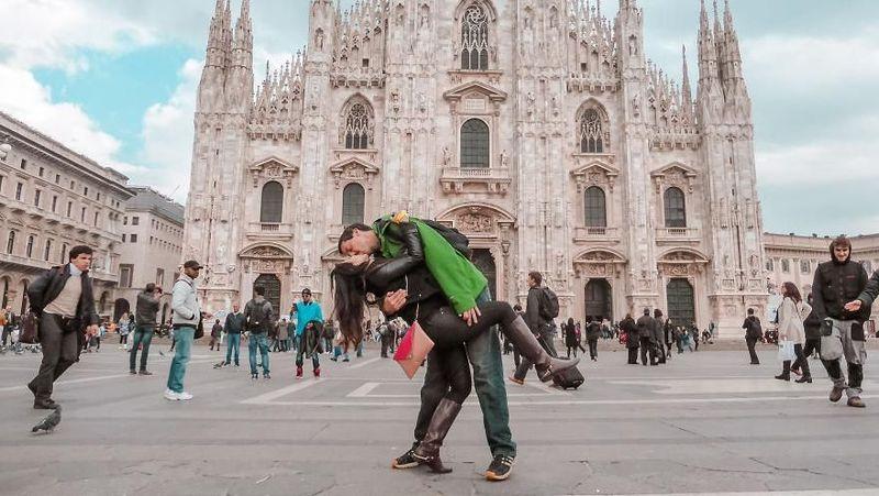 Adalah Rob dan Joli Switzer, pasangan beda negara yang tengah viral akan pose foto ciuman mereka saat traveling bersama (@dipkisstravel/Instagram)