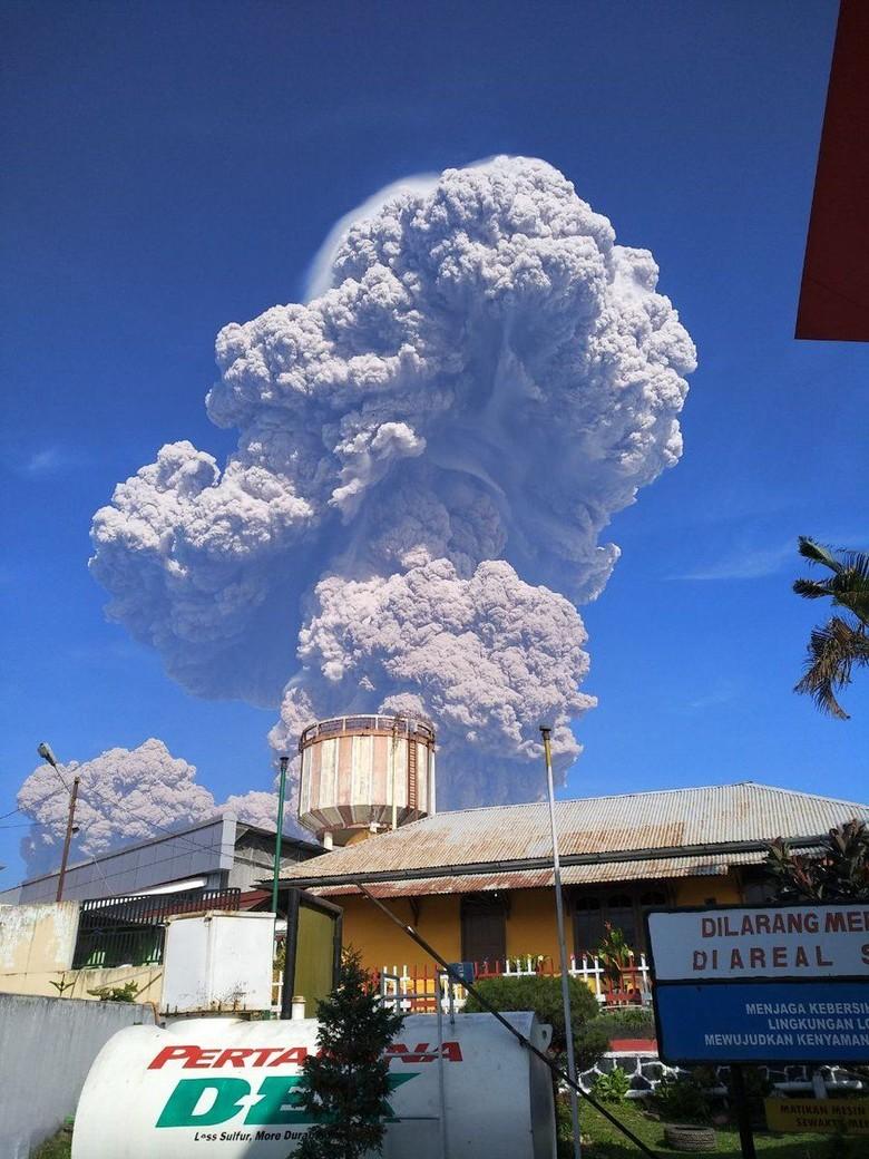Penampakan Erupsi 5 Km Gunung Sinabung