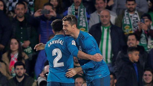 Cristiano Ronaldo merayakan gol ke gawang Real Betis bersama Daniel Carvajal.
