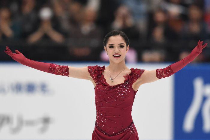 Perkenalkan Evgenia Armanovna Medvedeva (dibaca Yevgenia). Peseluncur indah asal Rusia ini baru berusia 18 tahun, tapi prestasinya sudah mendunia. (Takashi Aoyama/Getty Images)