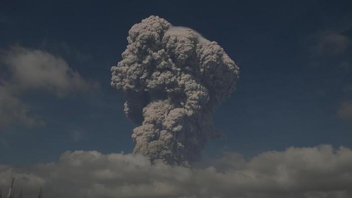 Ilustrasi erupsi Gunung Sinabung (Foto: ANTARA FOTO/Maz Yons)