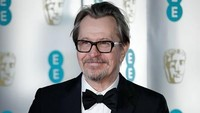 Gary Oldman, Darkest Hour membawa pulang piala Best Actor di BAFTA 2018. Foto: Photo by John Phillips/Getty Images