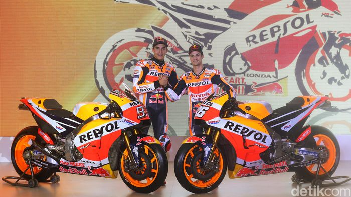 Dani Pedrosa dan Marc Marquez salam komando di depan motor kebanggaan mereka berdua yang berkelir Repsol-Honda di Jakarta.