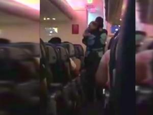 Bayi Menangis Terus di Pesawat, Pramugari Ini Nyanyikan Lagu
