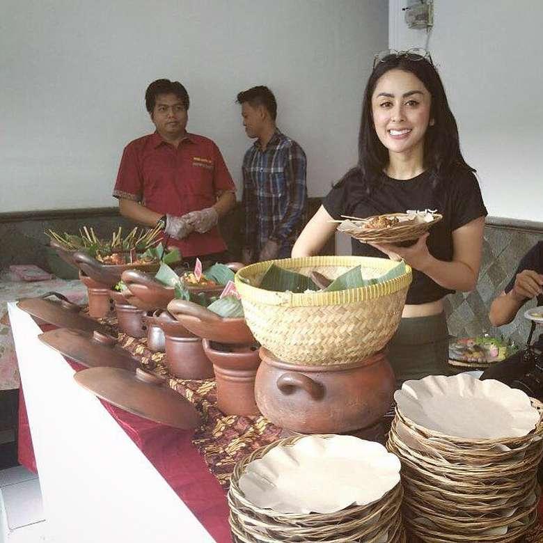 Meski punya badan yang bagus, Selvi tidak takut makan nasi. Baginya, nasi merupakan salah satu makanan yang tidak boleh terlewatkan. Foto: Instagram selvikitty