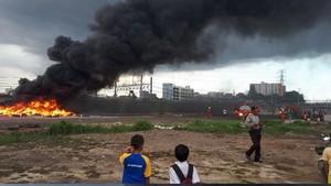 Tumpukan Ban Terbakar di Tanah Abang, Asap Hitam Tebal Membubung