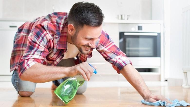Ilustrasi suami melakukan pekerjaan rumah/ Foto: Thinkstock