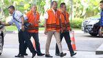 Saat 3 Tersangka Kasus Dugaan Korupsi Jalan Bareng Pakai Rompi Tahanan