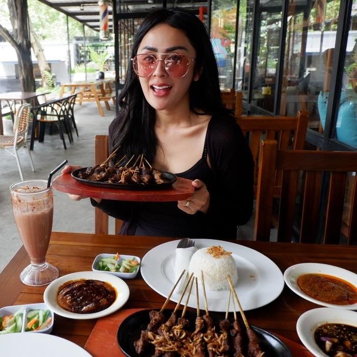Pelantun lagu Cintaku Sekuat Tiang Listrik ini menjadikan sate sebagai salah satu makanan favoritnya. Foto: Instagram selvikitty