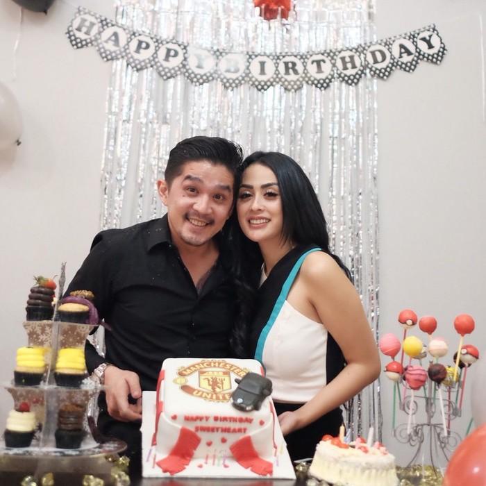 Romantisnya! Selvi rayakan ulang tahun sang suami dengan cake bermotif Manchester United dengan barisan cupcake dan permen. Foto: Instagram selvikitty