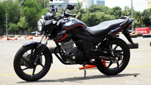 Honda memberikan kesempatan kepada sejumlah wartawan otomotif nasional untuk menjajal CB150 Verza di JIExpo, Kemayoran, Jakarta, Selasa (20/2/2018).