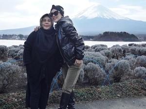 Foto Bersama, Beda Gaya Ibu Syahrini dan Reino Barack Jadi Sorotan