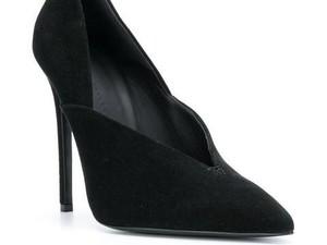 Viral, Aksi Pria Pakai High Heels Ibu yang Kakinya Sakit saat Jalan di Mall