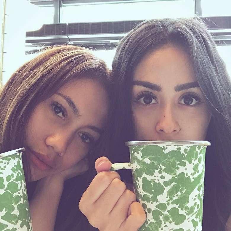Ternyata Selvi juga suka kopi lho. Selvi memamerkan cangkir kopi jadul dengan pose imut bersama temannya di akun Instagramnya. Foto: Instagram selvikitty