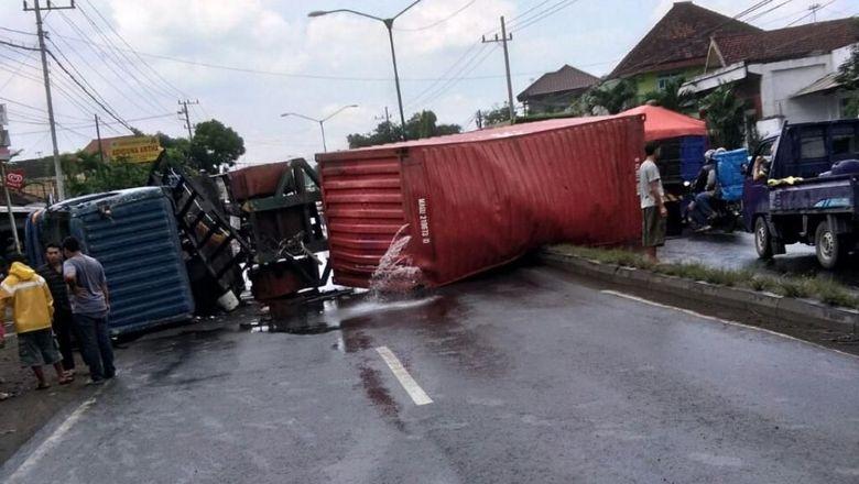 Truk Kontainer Terguling Jalur Surabaya Malang Macet Parah