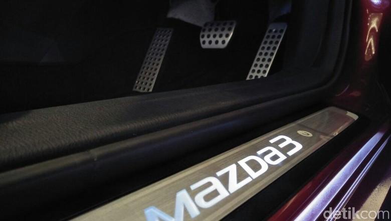 Pedal aluminium dan LED scuff plate di Mazda3 (Foto: Ruly Kurniawan)