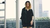 Natasha terlihat lebih dewasa dengan dress hitam dan jaket kulit. (Dok. Instagram/natasharyder)