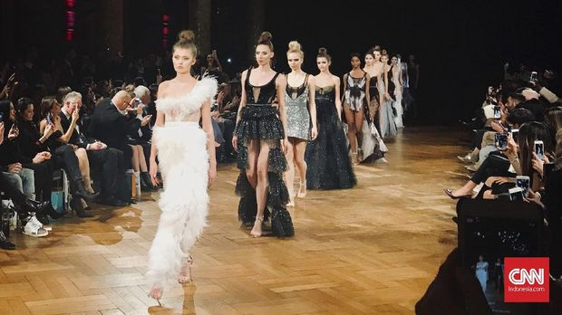 Kala Aadnevik Terinspirasi 'Swan Lake' di London Fashion Week