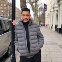 Sebelum ke Belanda, Roni menyambangi London, ibu kota Inggris. Begini gaya necisnya saat berada di Natural History Museum, London. (Instagram/@ahmadsahroni88)
