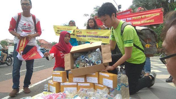 Hari Peduli Sampah, Komunitas Surabaya Kirim Paket Sampah Kemasan Plastik ke Produsen