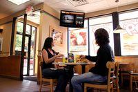 Waduh! Gerai Burger Ini Tayangkan Adegan Porno dii TV Area Makan Restoran