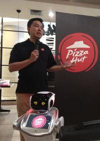 Hari Ini Pizza Hut Perkenalkan Black Pizza Bersama Robot Sammy dan Sally