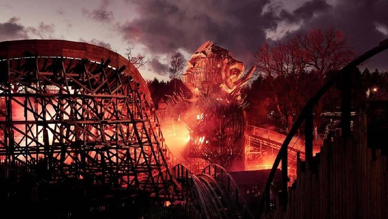 Foto: Roller coaster Wicker Man di Inggris (Alton Towers)