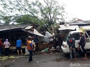 Pohon Tumbang Timpa 4 Jongko Pedagang di Pasar Bingung Majalaya