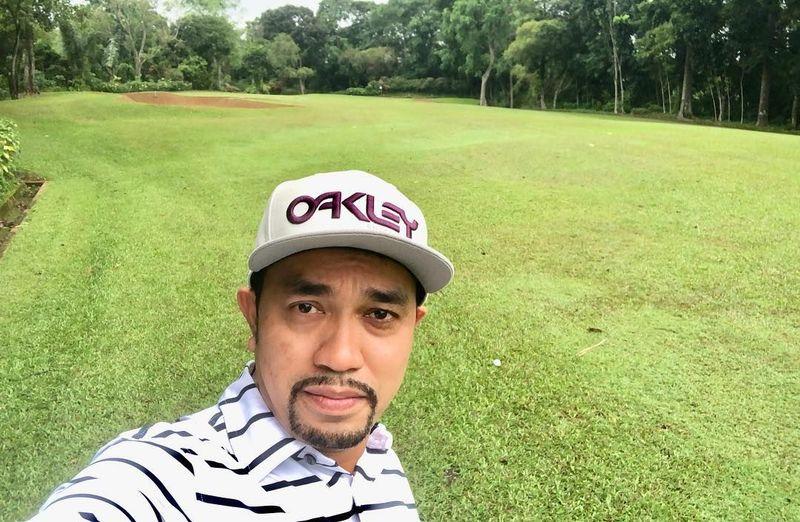 Di sela-sela kesibukannya sebagai anggota dewan DPR, Roni melepas penat dengan cara main golf (Instagram/@ahmadsahroni88)