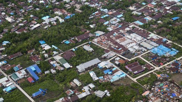 Kabupaten Asmat adalah wilayah hasil pemekaran Kabupaten Merauke pada 2004. Wilayahnya luas, lebih dari empat kali besar Jakarta.