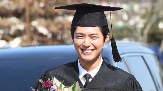 Intip Gantengnya Park Bo Gum saat Diwisuda