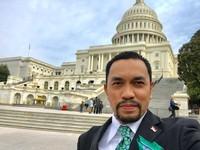 Di sela-sela kunjungan kerjanya di AS, Bang Roni menyempatkan berfoto di depan Gedung Capitol yang sangat bersejarah. (Instagram/@ahmadsahroni88)