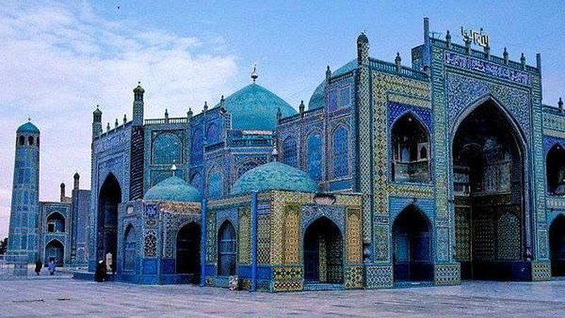 Masjid Blue Mosque Mazar-i-Sharif ini berada di pusat Kota Mazar i Sharif, Afghanistan. Jaraknya 427 km dari Ibukota Kabul (Afghanistan Before The War/Facebook)