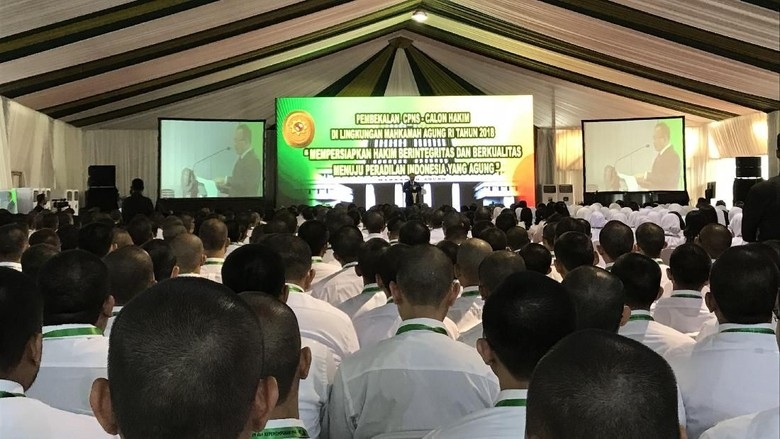 Sambangi Megamendung, Jokowi Beri Pembekalan Calon Hakim