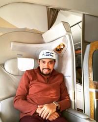 Selama traveling, Bang Roni biasanya naik penerbangan First Class atau pun kelas bisnis. (Instagram/@ahmadsahroni88)