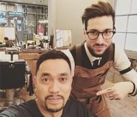 Di London, Bang Roni menyempatkan buat potong rambut. (Instagram/@ahmadsahroni88)