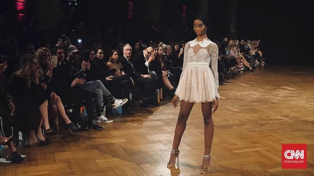 Kala Aadnevik Terinspirasi 'Swan Lake' di London Fashion Week