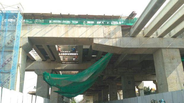 Pekerja Proyek LRT Jakarta