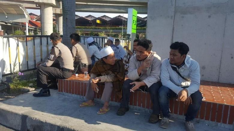 Foto: Habib Rizieq Batal Pulang, Massa Sempat Berkumpul di Bandara