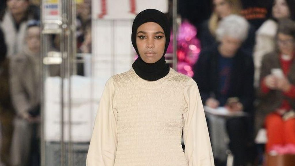 Pakai Hijab, Model di London Fashion Week 2018 Ini Jadi Sorotan