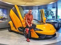 Jika sedang senggang, Roni akan mengendarai mobil mewah koleksinya. Roni diketahui suka mengoleksi beberapa mobil berharga super mahal. (Instagram/@ahmadsahroni88)