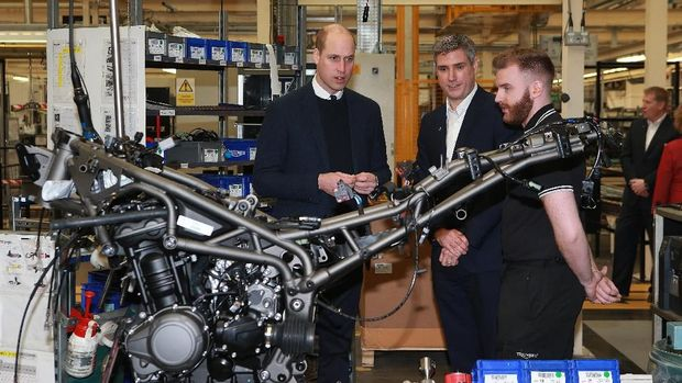 Pangeran William mengunjungi pabrik Triumph dan MIRA Technology Park