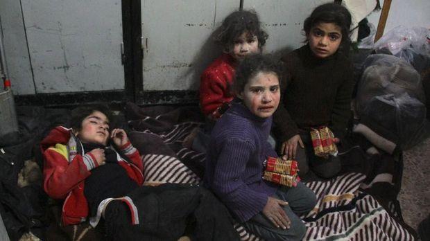 Anak-anak Suriah di rumah sakit darurat di Douma.