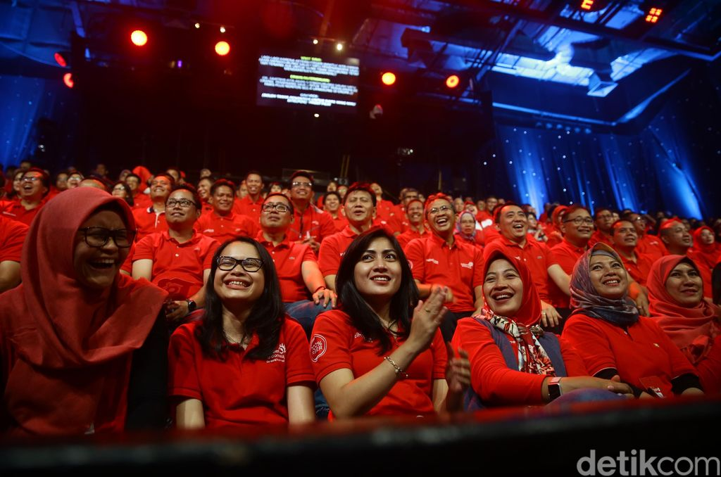 Para penonton asyik menikmati hiburan musik yang disajikan sepanjang acara.