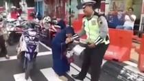 Tak Terima Ditilang, Emak-emak di Kudus Ini Gigit Polisi
