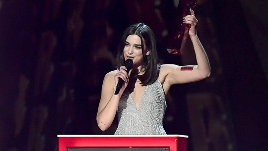 Dua Lipa Super Seksi di Brit Awards 2018