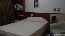 Rumah Sakit Umum Pusat Persahabatan di Jakarta punya sleep lab yang ruangannya seperti kamar hotel. Di sini pasien sleep apnea diobservasi selama tidur.
