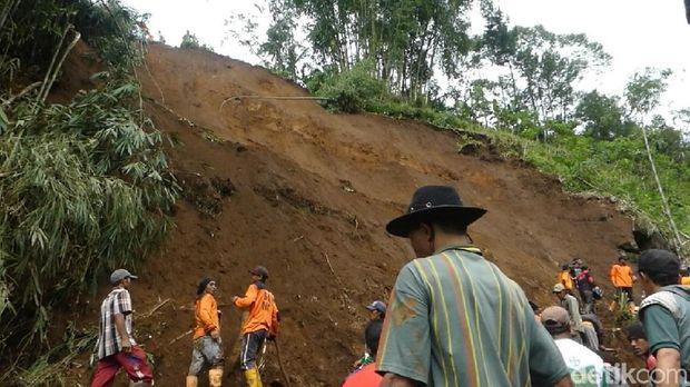 Bersihkan Longsoran, 5 Relawan Terluka Kena Bongkahan Bambu