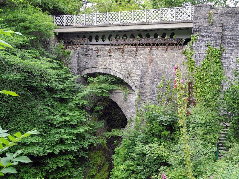Devils Bridge alias Jembatan Iblis berada di desa yang bernama sama, Devils Bridge di Ceredigion, Wales (Thinkstock)